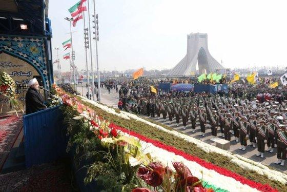 """AFP/""""Scanpix"""" nuotr./Prezidentas Hassanas Rouhani sako kalbą Iranui minint Islamo Respublikos 35-ąsias metines"""