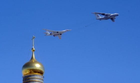 """AFP/""""Scanpix"""" nuotr./Rusijos Il-78 degalų lėktuvas ir Tu-160 viršgarsinis strateginis bombonešis virš Kremliaus kupolų"""