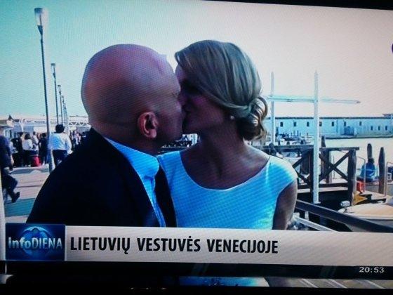 Info TV stop kadras/Gegvydas Vainauskas bučiuoja savo žmoną