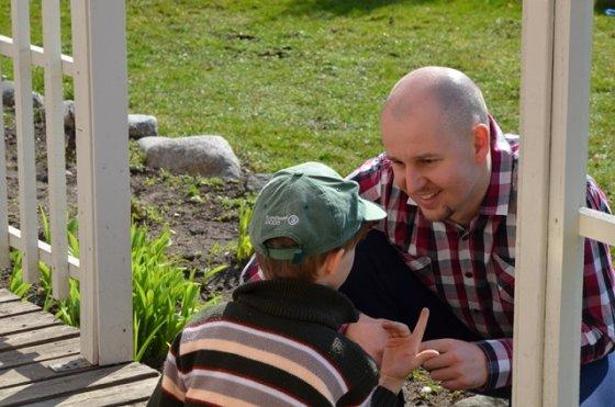 SOS vaikų kaimo nuotr./SOS vaikų kaimo direktorius Gedas Batulevičius ištraukė vaikui rakštį iš piršto