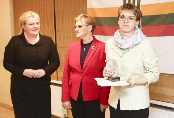 Luko Balandžio/Žmonės.lt nuotr./Algimanta Pabedinskienė įteikė apdovanojimą