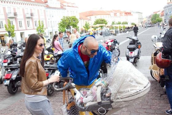 Viganto Ovadnevo/Žmonės.lt nuotr./DJ Sezzy su žmona Agne ir sūnumi