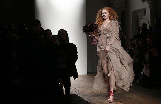 """Scanpix nuotr. / Aktorė ir modelis Lily Cole dizainerės Vivienne Westwood """"Red Label"""" kolekcijos pristatyme praėjusį rugsėjį Londone."""