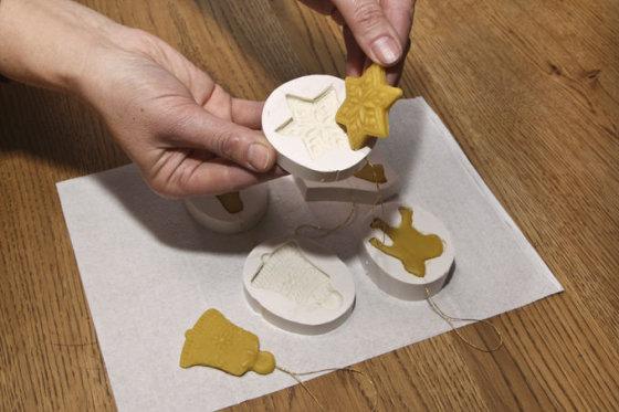 E. Paukštės nuotr./Kalėdinių žaisliukų gamyba iš vaško