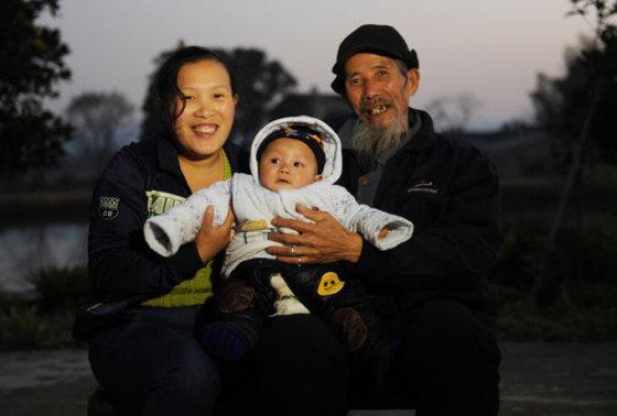 scmp.com nuotr. / Wenas Changlinas su žmona ir sūneliu