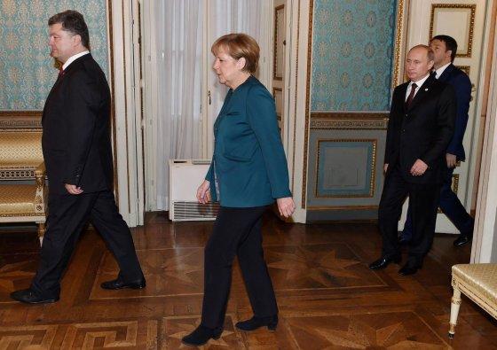 "AFP/""Scanpix"" nuotr./Petro Porošenka, Angela Merkel ir Vladimiras Putinas"