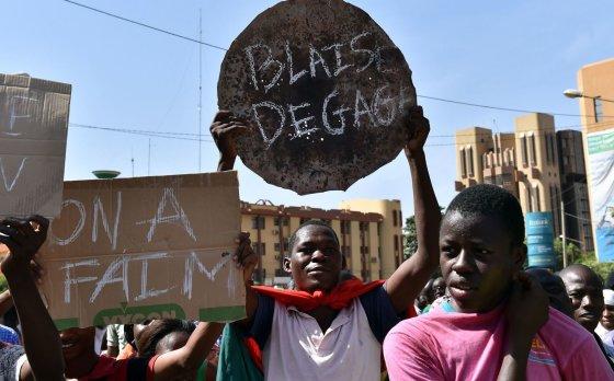 "AFP/""Scanpix"" nuotr./Protestas Ouagadougou: žmonės su plakatais"