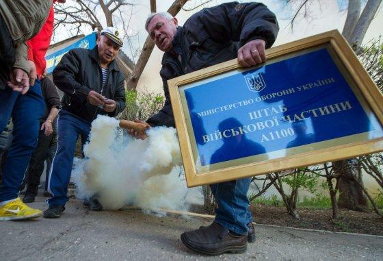 "AFP/""Scanpix"" nuotr./Šturmas Ukrainos karinėje bazėje Novofiodorivkoje"