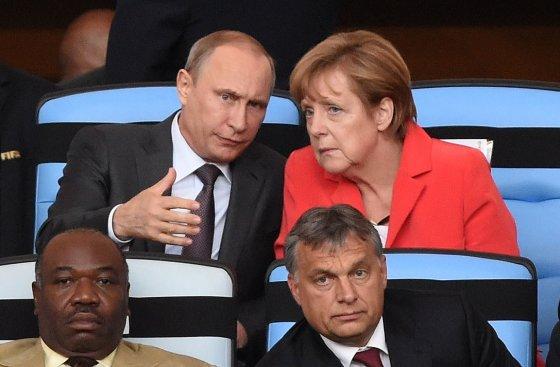 """AFP/""""Scanpix"""" nuotr./Rusijos prezidentas Vladimiras Putinas, Vokietijos kanclerė Angela Mekel, Vengrijos premjeras Viktoras Orbanas"""