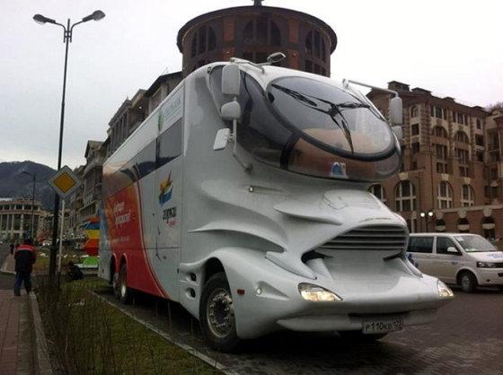 Keistas autobusas Sočio gatvėse