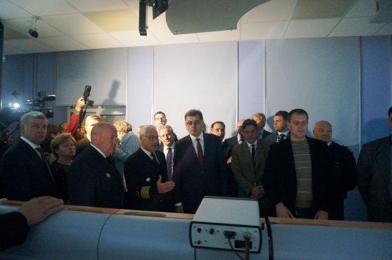 L. Sėlenienės nuotr. /A. Butkevičius stebėjo SGD terminalui skirto laivo manevravimo pratybas Klaipėdos aukštojoje jūreivystės mokykloje