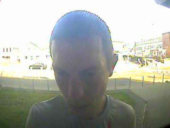 Policijos nuotr./Bankomatų vaizdo kameros užfiksavo įtariamus sukčius