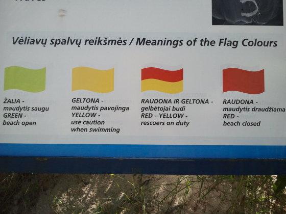 L. Sėlenienės nuotr. /Prie kiekvieno paplūdimio stenduose nurodyta, ką reiškia pliažuose plevėsuojančios vėliavos