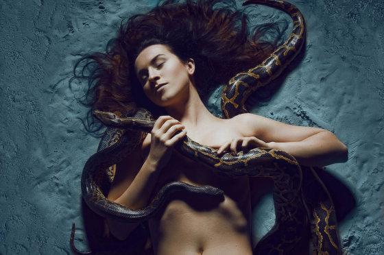 Asmeninio albumo nuotr./Dainininkės Catrinah fotosesija su gyvatėmis