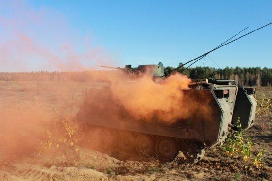 Mariaus Kupčiūno nuotr./Rukloje Lietuvos ir JAV kariai treniruojasi su sunkiąja karine technika