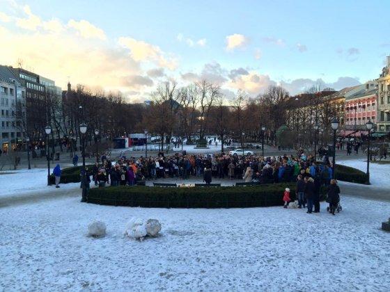 Facebook.com/Keli šimtai emigrantų protestavo prie Norvegijos parlamento