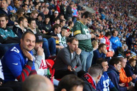 """NFL Lietuva"" nuotr./Lietuviai NFL gerbėjai per rungtynes Londone ""Wembely"" stadione"