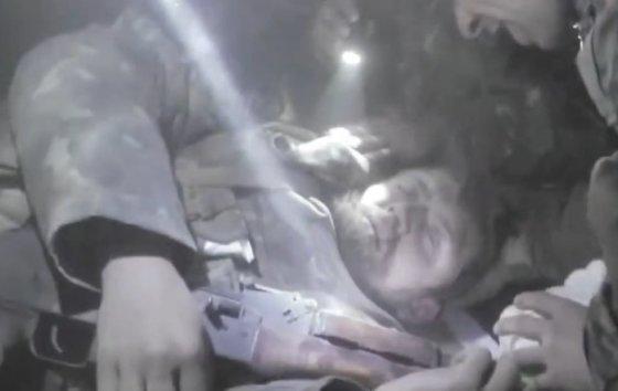 """""""YouTube"""" nuotr./V.Trofimenka išgyveno rusiškos haubicos sviedinio sprogimą."""