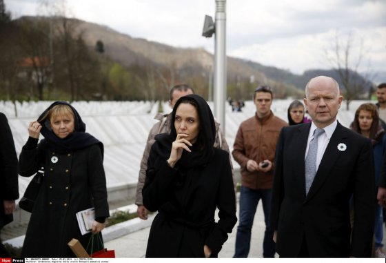 """AFP/""""Scanpix"""" nuotr./Angelina Jolie ir Williamas Hague"""