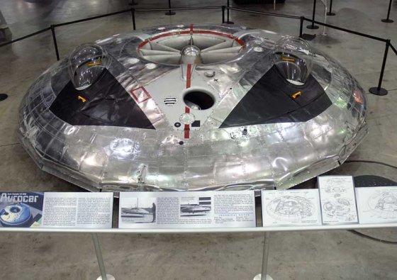 """JAV armijos oro pajėgų nuotr./""""Avrocar"""" prototipai naudodami sukamuosius """"turborotorius"""" sugebėjo plūduriuoti ant oro pagalvės"""