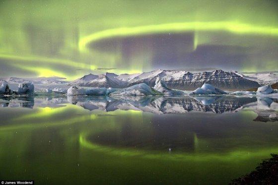 Jameso Woodendo nuotr./Šiaurinė pašvaistė virš Jökulsarlono ledo lagūnos Vatnajökullio nacionaliniame parke Islandijoje