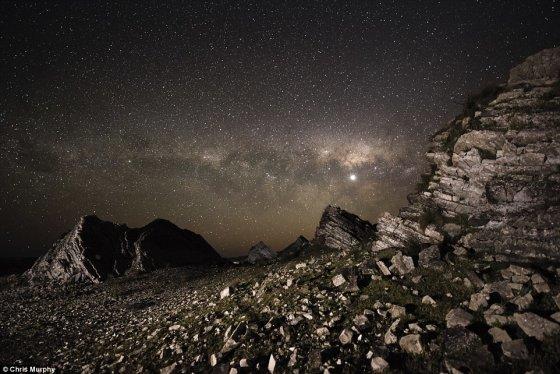 Chriso Murphy nuotr./Wairarapos priemiesčio (Naujoji Zelandija) stūksančios uolos ir virš jų plytintys Paukščių Tako žiburiai