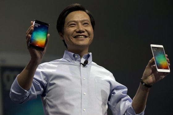 """Scanpix nuotr./""""Xiaomi"""" tarybos pirmininkas Lei'us Junas laiko naują kinų flagmaną """"Mi Note"""""""