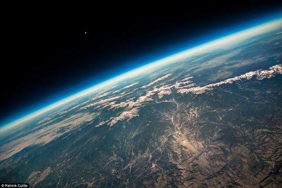 Patricko Culliso nuotr./Žydras Žemės horizonto linkis ir Uolinių kalnų panorama, užfiksuota iš aukštuminio baliono, kuris kilo Boulderyje (Koloradas, JAV)