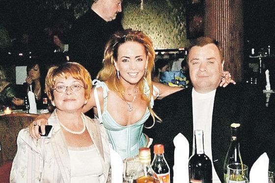 """""""Facebook"""" nuotr./Žana Friskė su motina Olga ir tėvu Vladimiru"""
