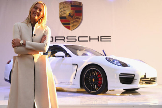 """Porsche"" nuotr./Maria Sharapova ir jos ""Porsche Panamera GTS"""