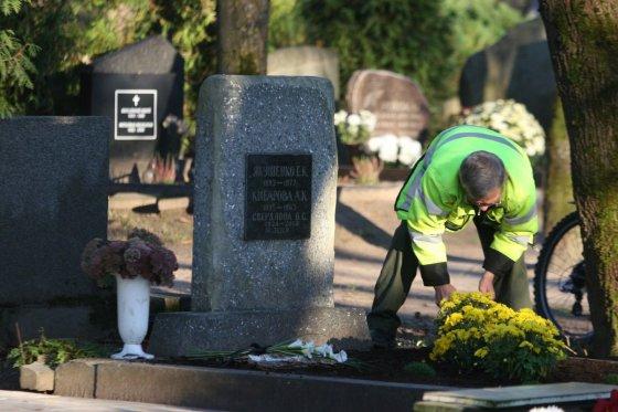 Alvydo Januševičiaus nuotr./Šiaulių kapinėse: Žmonės gyvena artimųjų prisiminimuose
