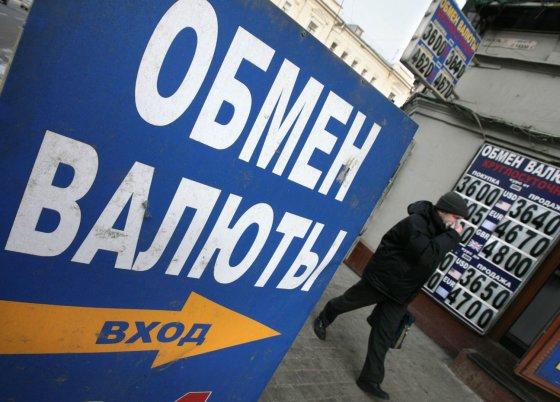 """AFP/""""Scanpix"""" nuotr./Valiutos keitykla Maskvoje"""