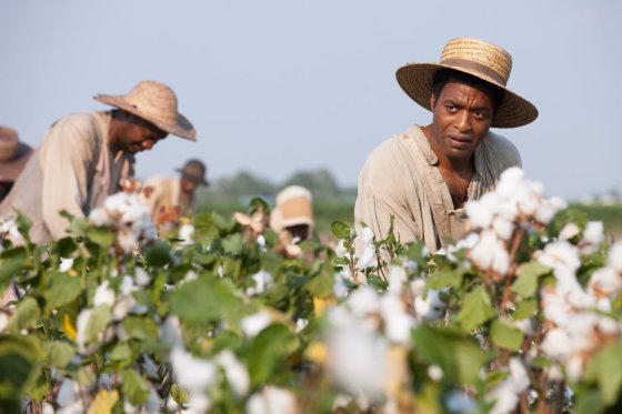 """Kadras iš filmo/Daugiausia """"Auksinių gaublių"""" statulėlių pretenduoja gauti filmas """"12 vergovės metų"""""""