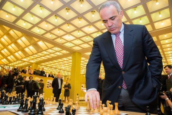 Garis Kasparovas žaidžia šachmatais