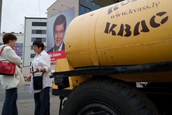 """AFP/""""Scanpix"""" nuotr./Nilo Ušakovo reklaminis plakatas Rygoje"""