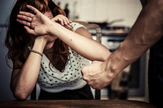 """""""Shuterstock"""" nuotr./Smurtas šeimoje."""