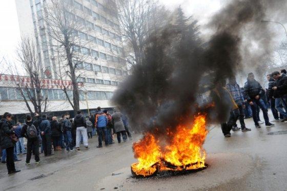 """AFP/""""Scanpix"""" nuotr./Protestas prie Tuzlos miesto savivaldybės Bosnijoje"""