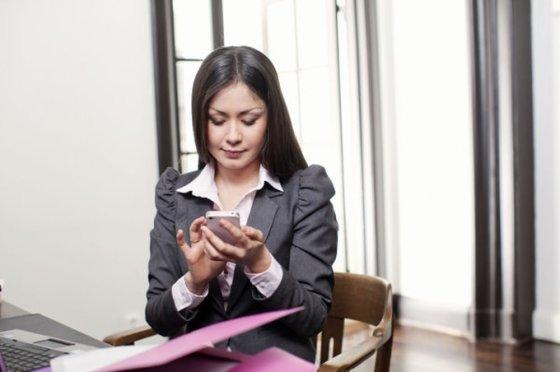 """""""Omnitel"""" nuotr./Moteris naudojasi išmaniuoju telefonu"""