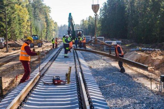 """""""Panevėžio kelių"""" nuotr./Pakloti pirmieji geležinkelio bėgiai """"Rail Baltica"""" atkarpoje Marijampolė–Kazlų Rūda"""