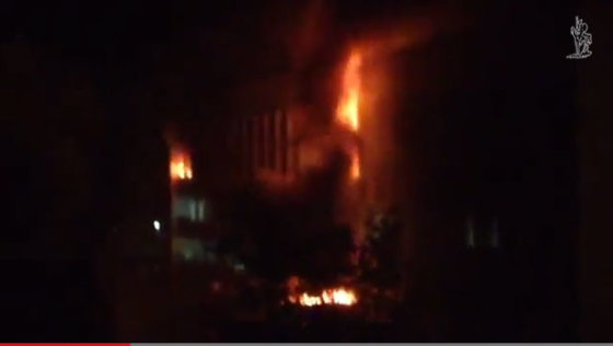 Stop kadras/Mariupolyje degė miesto rotušė.