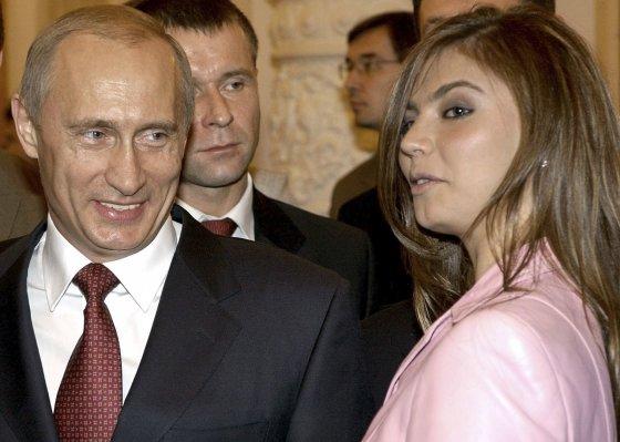 """""""Reuters""""/""""Scanpix"""" nuotr./Vladimiras Putinas ir Alina Kabajeva (2004 m.)"""