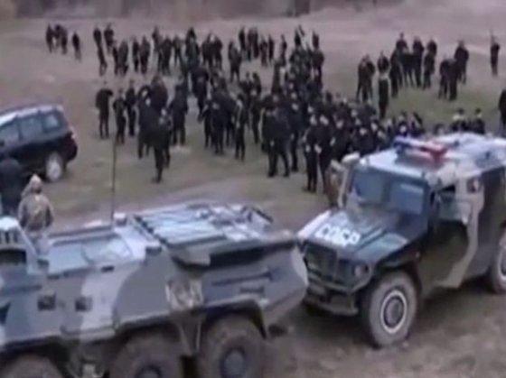 Nuotr. iš tsn.ua/Smogikų iš Čečėnijos būrys kerta Ukrainos sieną