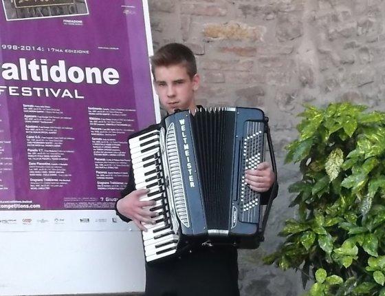 Asmeninio archyvo nuotr./Keturiolikmetis Veisiejų miesto akordeonistas Mangirdas Kundrotas