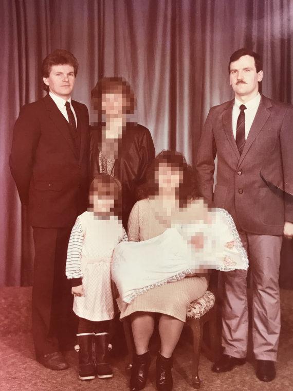 Nuotrauka iš A.Ribnikovo asmeninio archyvo/Jaroslavas Narkevičius (kairėje) ir Aleksandras Ribnikovas per A.Ribnikovo dukters krikštynas. J.Narkevičius yra A.Ribnikovo dukters krikšto tėvas