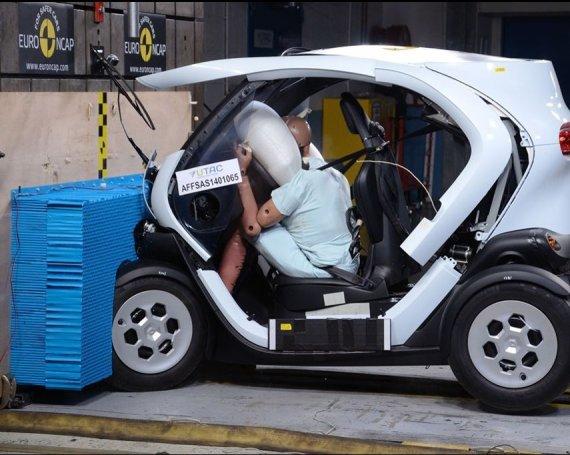 """""""Euro NCAP"""" nuotr./""""Renault Twizy"""" """"Euro NCAP"""" bandymų metu"""