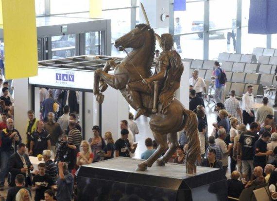 """Scanpix""/AP nuotr./Aleksandro Makedoniečio statula Skopjės oro uoste"