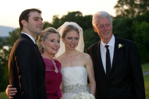 "AFP/""Scanpix"" nuotr./Chelsea Clinton su vyru Marcu Mezvinsky ir tėvais Billu bei Hillary Clintonais"