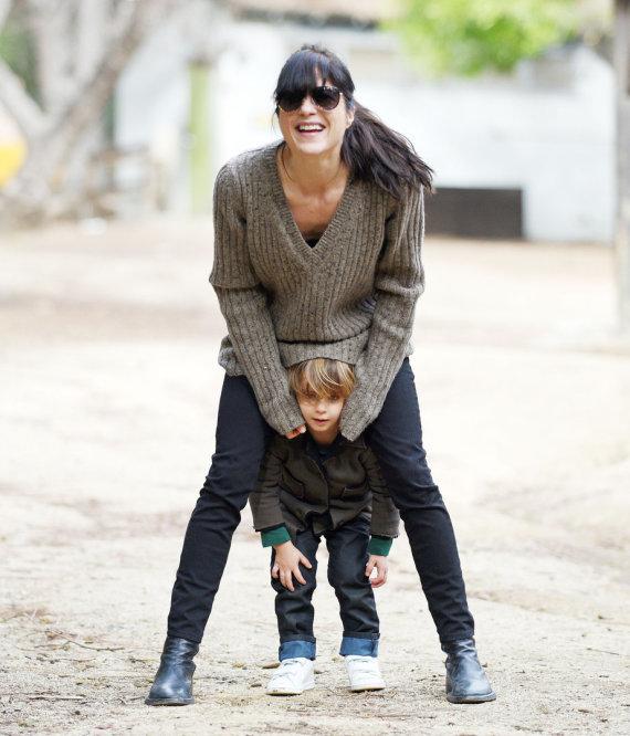 """""""Buzz Foto/Scanpix"""" nuotr./Selma Blair žaidžia su savo vaiku."""