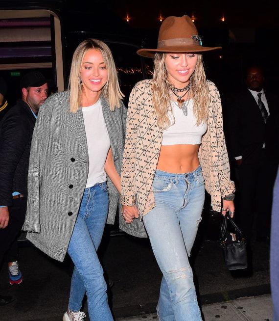 Vida Press nuotr./Miley Cyrus ir Kaitlynn Carter