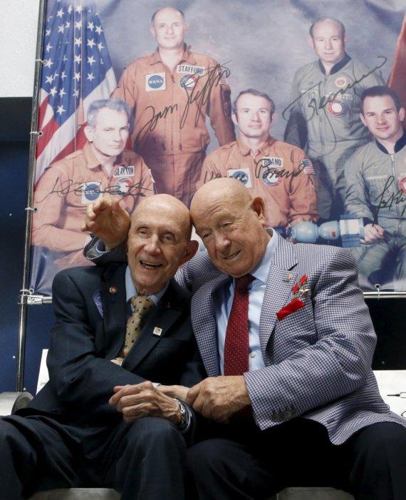 Scanpix nuotr./Legendiniai kosmonautai Thomasas Staffordas (kairėje) ir Aleksejus Leonovas susitinka praėjus 40 m. nuo istorinio rankų paspaudimo